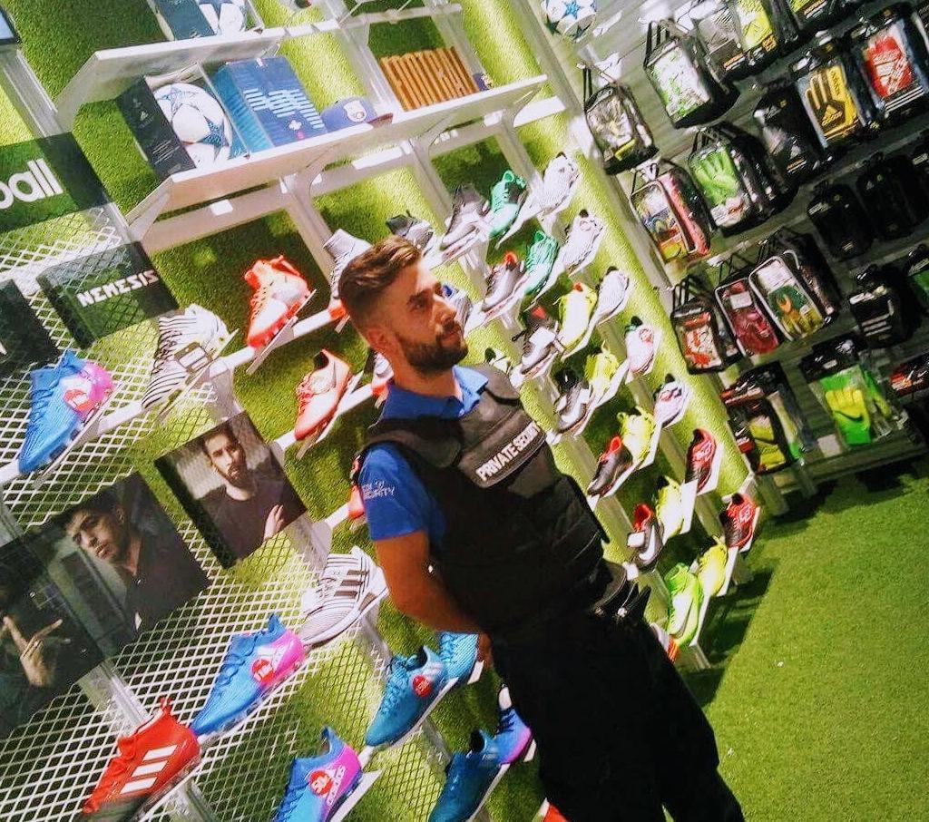 Προσωπικό Ασφαλείας άντρας (Security), με αλεξίσφαιρο σε κατάστημα αθλητικών